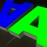 litery 3D niebieska i zielona