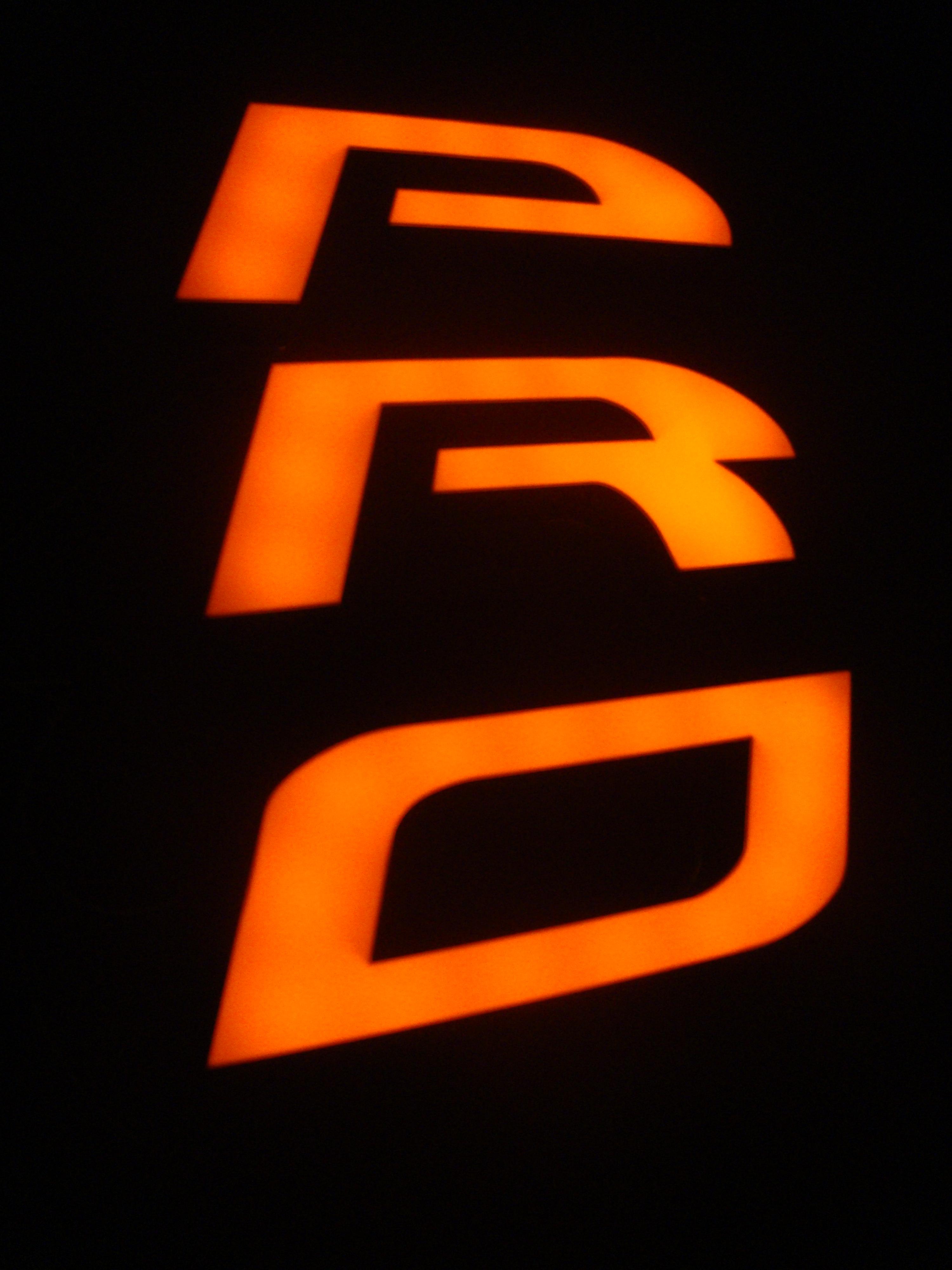 litery 3D czarne boki pomarańczowe lico