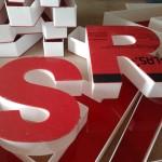 litery 3D czerwone lico