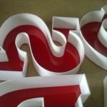 litery plexi z szeryfami
