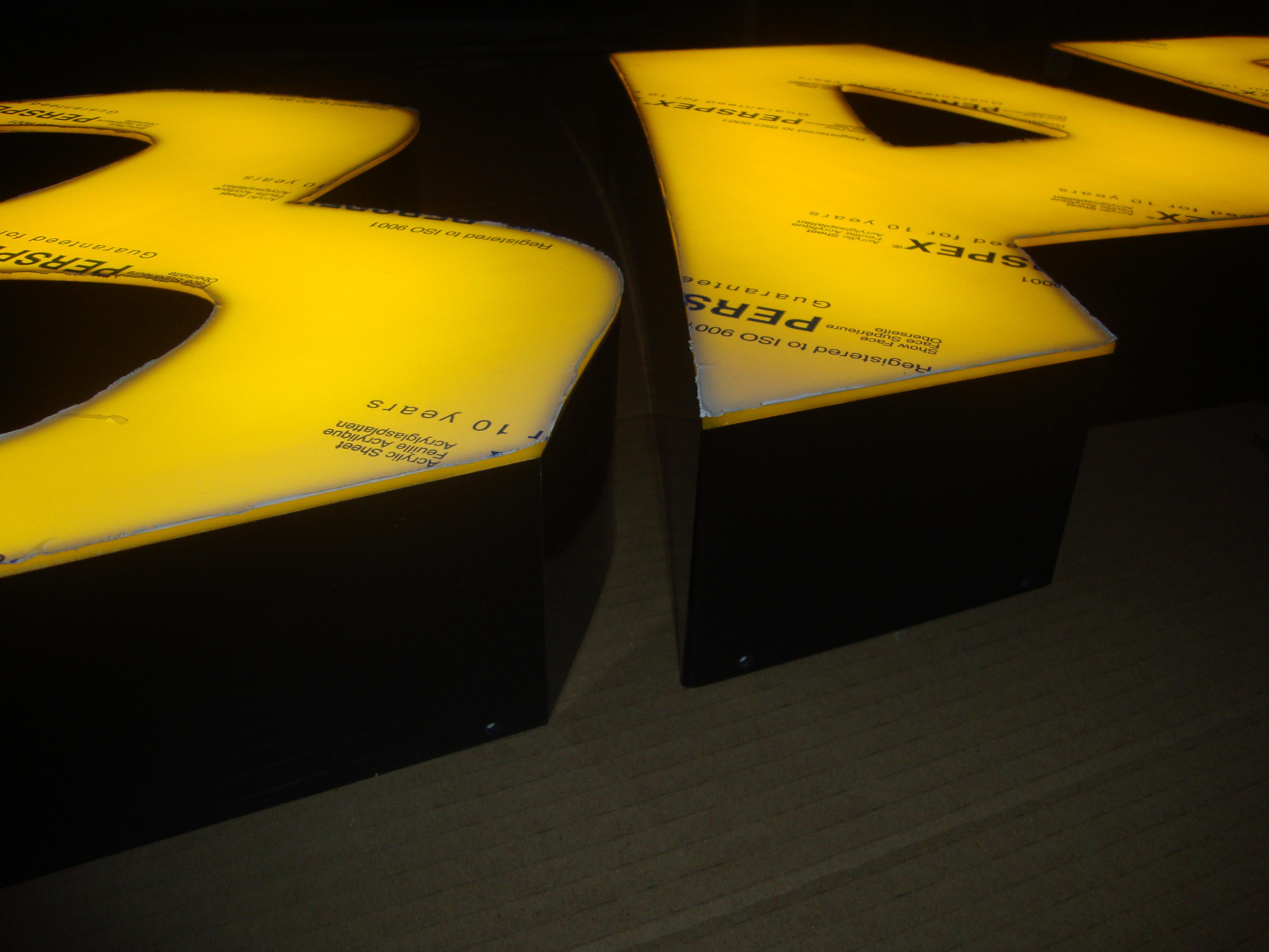 Litery żółte lico, boki czarne